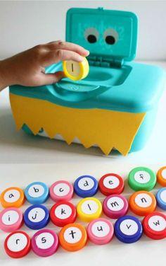 Donner des lettres à manger au monstre de l'alphabet