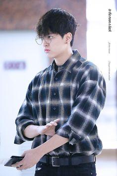 Oh i wanna ruffle the bedhead of this big baby! Kim Jinhwan, Chanwoo Ikon, Yg Entertainment, K Pop, Bobby, Winner Ikon, Ikon Member, Warner Music, Rapper