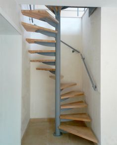 Draaitrap_houten_treden_vierkant_plan Spiral Stairs Design, Small Staircase, Loft Staircase, Tiny House Stairs, Railing Design, Spiral Staircase, Staircase Design, Home Room Design, Room Interior Design