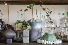Loppisprylar med vattentema i vitrinskåpet. Foto: Erika Åberg