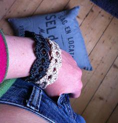 : the blooming times :: Crochet cuff tutorial and pattern - Oh my cuff Crochet Hooks, Free Crochet, Crochet Bracelet, Crochet Jewellery, Yarn Bombing, Diy Arts And Crafts, Beautiful Crochet, Slip Stitch, Yarn Crafts
