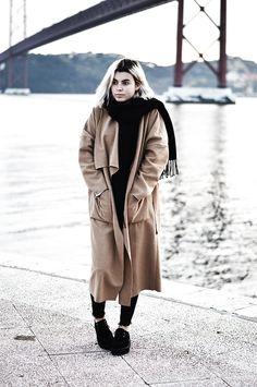 玛西娅·苏亚雷斯 - Lookbookstore龙驼色大衣,Sheinside黑色围巾 - 睡觉卫星| 看看书