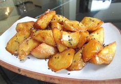 日式蜜番薯是日式的小點心,在台灣也有的但就為拔絲地瓜。簡單的製作方法,用油炸熟的地瓜再加上蜜糖漿就變成大家最愛的零食了!