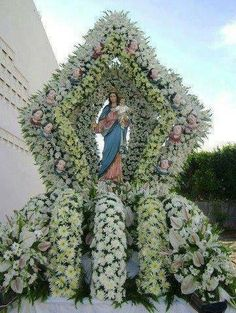 The devotion to the immaculate Mary Jesus Mother, Blessed Mother Mary, Mary And Jesus, Contemporary Flower Arrangements, Unique Flower Arrangements, Church Flowers, Funeral Flowers, Altar Decorations, Flower Decorations