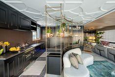 Teto trabalhado e ilha curva compõem a cozinha preta clássica. Divider, Room, Furniture, Home Decor, Kitchen Black, Ceiling, Arquitetura, Island, Interiors
