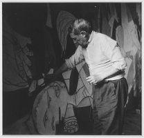 Maar, Dora (Henriette Theodora Markovitch): Picasso debout travaillant à «Guernica» dans son atelier des Grands-Augustins (Picasso de pie trabajando en el «Guernica» en su taller de los Grands-Augustins)