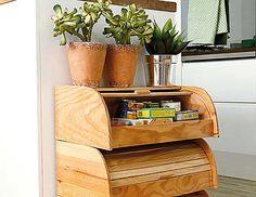 Un muebles auxiliar para la cocina realizado con paneras de madera.