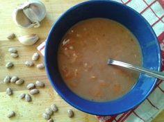 Vynikajúca krémová fazuľová polievka. Recept je bez mäsa a chutí famózne. Použitá strakatá fazuľa je bohatým zdrojom vlákniny.