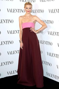 Valentino Sala Bianca 945 Event, New York. Jaime King chose a two-tone Valentino dress. Katie Holmes, Emma Roberts, Olivia Palermo, Lbd, Stilettos, Celebrity Outfits, Celebrity Style, Nice Dresses, Casual Dresses