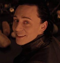 Admito que Tom Hiddleston es DEMASIADO dulce. En cambio Loki es Oscuro y Perverso, justamente por eso Loki es el novio perfecto. ((lastima que la perfección no exista))