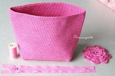 Tätä on toivottu paljon ja hartaasti, ja tässä se nyt tulee! Ohje suunnittelemaani kukkapussukkaan. Ohje sopii virkkauksen perusj... Crochet Pouch, Crochet Blouse, Crochet Purses, Crochet Dolls, Crochet Yarn, Small Case, Unique Bags, Hobbies And Crafts, Cosmetic Bag