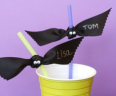 Adorable bat straws, made with ribbon. Such a simple addition to any Halloween party. Soirée Halloween, Fröhliches Halloween, Halloween Drinks, Holidays Halloween, Halloween Treats, Halloween Decorations, Straw Decorations, Halloween Clothes, Preschool Halloween