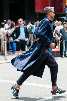 2016-04-21のファッションスナップ。着用アイテム・キーワードはコート, スニーカー, トレンチコート, パンツ,アディダス(adidas)etc. 理想の着こなし・コーディネートがきっとここに。| No:132599