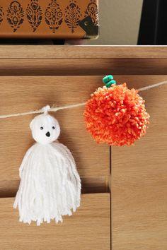 DIY pom pom Pumpkin and tassel ghost garland. Scary Halloween, Halloween Pumpkins, Fall Halloween, Halloween Crafts, Halloween Decorations, Diy Halloween Garland, Pumpkin Decorations, Halloween 2020, Crafts For Teens To Make