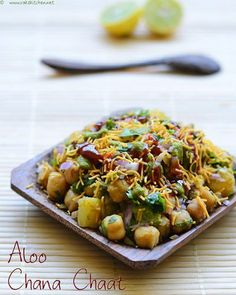 Aloo Chana Chaat - snack with potatoes and chickpeas Indian Snacks, Indian Food Recipes, Vegetarian Recipes, Cooking Recipes, Ethnic Recipes, Indian Desserts, Cooking Tips, Chats Recipe, Comida India