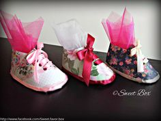 Little booties favor boxes, baby shower party favors Baby Shower Party Favors, Baby Shower Parties, Sweet Box, Favor Boxes, Booty, Trending Outfits, Unique Jewelry, Handmade Gifts, Floral