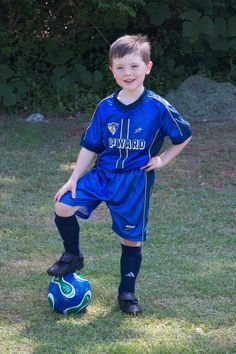 Kids Soccer, Kids Sports, Kids Boys, Kids Football, Cute Blonde Boys, Cute Boys, Football Poses, Kids Photography Boys, Soccer Pictures