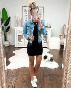 Eu vivo falando sobre peças curingas do guarda-roupa feminino, mas agora me pergunto, como deixei de mencionar a jaqueta jeans. Sabe aquela peça atemporal que nunca sai de moda? Essa é jaqueta jeans. Por ser produzida com esse tecido que é considerado mais casual e despojado, a peça apesar de simples, combina com os mais variados tipos de tecidos e, modelagens e de uns anos pra cá tornou-se item fashion no armário da mulher moderna. Look vestido curto preto, jaqueta jeans e tênis.