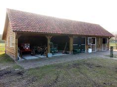 1. Landelijke houten paardenstal met berging en carport met een gemetselde borstwering 100m2