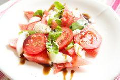 Hämmentäjä: Astetta raikkaampi mozzarellasalaatti. Fresh mozzarella salad.
