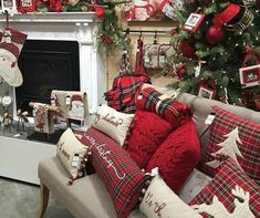 The Christmas countdown is just launched! Bring the magic of Christmas to your home! Because it is not always easy to imagine a Christmas decoration and holiday table consistent and really like you, deco. Christmas Living Rooms, Christmas Room, Cozy Christmas, Modern Christmas, Country Christmas, White Christmas, Christmas Wreaths, Xmas, Vintage Christmas