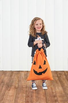 Halloween decor and more is online now! #mudpiegift #candybag #treatsack #candy #halloweentreats Halloween Ghosts, Halloween House, Halloween Treats, Halloween Pumpkins, Halloween Decorations, Fall Home Decor, Autumn Home, Pillowcase Bag, Mud Pie Gifts