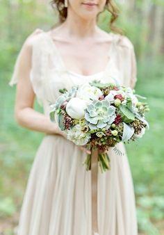 Букет невесты из белых пионов, бордово-розовых эустом, звездчатой