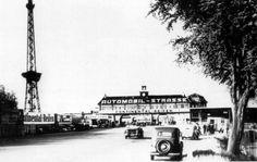 Die AVUS (Automobil-Verkehrs- und Übungsstraße) ist die erste ausschließliche Autostraße und erste Autobahn der Welt, obwohl sie wegen ihrer Kürze besser als autobahnähnlich bezeichnet wird. Sie wurde 1921 eröffnet. Sie war 8,3 Kilometer lang und gebührenpflichtig und diente bis 1940 als Renn- und Teststrecke und nicht dem öffentlichen Verkehr. Grand Prix, Automobile, West Berlin, Racing Events, Historical Photos, The Good Place, Germany, In This Moment, Black And White
