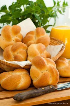 Kaiserbroodjes - Makkelijk recept met uitleg hoe jij ook zo'n mooi broodje knoopt - Overetengesproken.nl