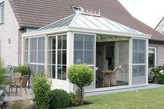 veranda in landelijke stijl met een ruime opening naar de tuin toe