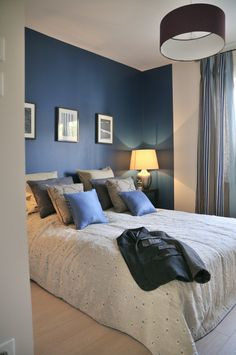 Une maison de ville passive Strasbourg Une maison de ville passive Strasbourg combo grey and blue bedroom Accent wall walls or the entire room with white trim Bedroom Shades, Home Bedroom, Bedroom Interior, Home Decor, Bedroom Inspirations, Home Deco, Blue Bedroom, Blue Bedroom Design, Interior Design