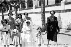 Primera Comunión de Yolanda Hormaza, años 50. Mª Angeles Ruesgas lleva de la mano a la niña Amaia Caro Ruesgas.  Detrás, la primera por la izquierda es Angelines Hormaza (Foto: ©Daniel Zubimendi) (ref. DZN00265)