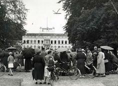 Vorstenhuizen, koningshuis  Nederland,  31 januari 1938,  geboorte van prinses Beatrix. Mensen  bij het hek van paleis Soestdijk vlak voor de geboorte van Beatrix. Nederland,  Baarn, 1938.