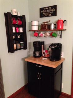 Coffe bar and coffee cup holder made out of a pallet. This is a MUST!