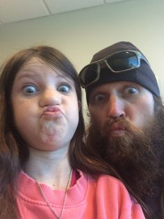 """"""" I don't do selfies """" Mia and Jase Robertson Duck Dynasty Sadie, Duck Dynasty Family, Jase Robertson, Robertson Family, Tv Fr, Miss Kays, Duck Commander, Movie Tv, Captain Hat"""