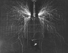 Un brillo de nitrógeno llena la atmósfera. Tesla es fotografiado sentado en…
