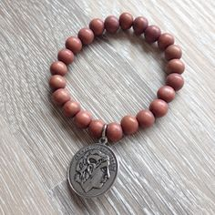 Armband van 9mm dennen vintage hout met metalen Romeinse munt. Van JuudsBoetiek, te bestellen op www.juudsboetiek.nl.
