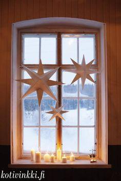 Jouluikkuna Diy Christmas Star, Ward Christmas Party, Christmas Mood, Scandinavian Christmas, Simple Christmas, Christmas Crafts, Xmas, Navidad Simple, Navidad Diy