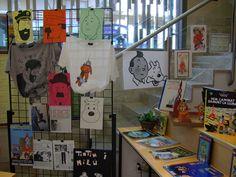 Els alumnes i personal de l'Escola ens presten records de Tintín per decorar la biblioteca.2007