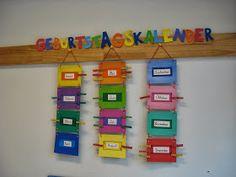 ¡Idea de Carolina Jara! Nada muy difícil: cartón piedra, catulina, lentejuetas, pegamento y perritos de ropa. ¡Y muchas ganas! Pensamos pega...