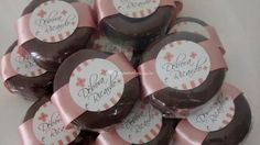Pão de mel personalizado de Di Mangiare Candy Boutique, Place Cards, Packaging, Place Card Holders, Printables, Oreos, Glitter, Baby, Avocado Ice Cream