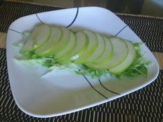 Salada de maçã verde sobre alface americana fatiada fina.