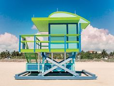 Designed by William Lane, the colorful square lifeguard tower at Street has a curved roof to lend a playful appearance, while tongue-and-groove wooden planks add structural strength and a beachy feel. Miami Beach, Venice Beach, Beach Pictures, Pretty Pictures, Beach Wedding Setup, Sand House, Beach Lifeguard, Life Guard, Green Beach