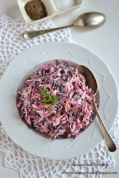Surówka z czerwonej kapusty z marchewką, jabłkiem, cebulą i majonezem Raw Food Recipes, Salad Recipes, Dinner Recipes, Cooking Recipes, Healthy Recipes, Mayonnaise, Food Experiments, Appetizer Salads, Simply Recipes