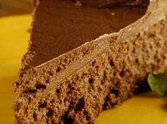 Receita de Torta de Chocolate - 1 pitada de canela, 1/4 de xícara (chá) de manteiga mole, 3 colheres (sopa) de açúcar, 2 xícaras (chá) de biscoito maisena, 1 colher (chá) de café instantâneo, 2 colheres (chá) de baunilha, 1 colher (café) de suco de limão, 1/2 xícara (chá) de creme de leite, 250 g de chocolate meio amargo, 3 potes de cream-cheese, 2 1/2 xícaras (chá) de cacau em pó, 1/2 colher (café) de sal, 3 ovos, 1 1/4 de xícara (chá) de açúcar