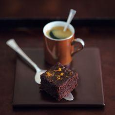 Ein mit Baileys-Sirup getränkter Brownie, der mit Orangen- und Zitronenschale sowie Zimt gewürzt wird. Köstlich. …