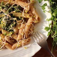 Czyli prosty sposób na ekspresowy i pyszny obiad ;)      Składniki na dwie porcje*:   Makaron penne razowy - ok. 200g  Oliwa z oliwek ext...