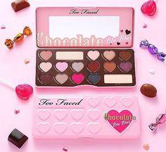 Paleta Too Faced Chocolate Bon Bons contine 16 farduri, dintre care 14 sunt in forma de inimioara, asemenea unor bombonele de ciocolata. Printre acestea veti gasi farduri atat mate, cat si sidefate.