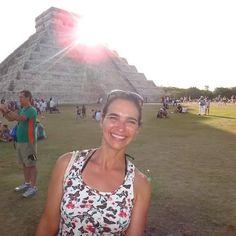 O Templo de Kukulcán está localizado no centro de Chichén Itzá (uma das Nova Sete Maravilhas do Mundo) no México. O fenômeno mais importante que envolve esse templo acontece durante os equinócios. Na lateral de suas escadarias há diversos detalhes triangulares que quando atingidos pela luz do #sol  faz surgir o desenho de uma serpente. #viajarcorrendo #dia3 #thefabulousproject #viagem #trip #instatravel #instabloggers #blogsdeturismo #blogsdeviagem #globetrotter #worldtraveller #retrip…