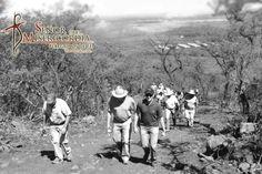 Guardias del Señor de la Misericordia Caminando hacia el lugar en que se encontró el Señor de la Misericordia.
